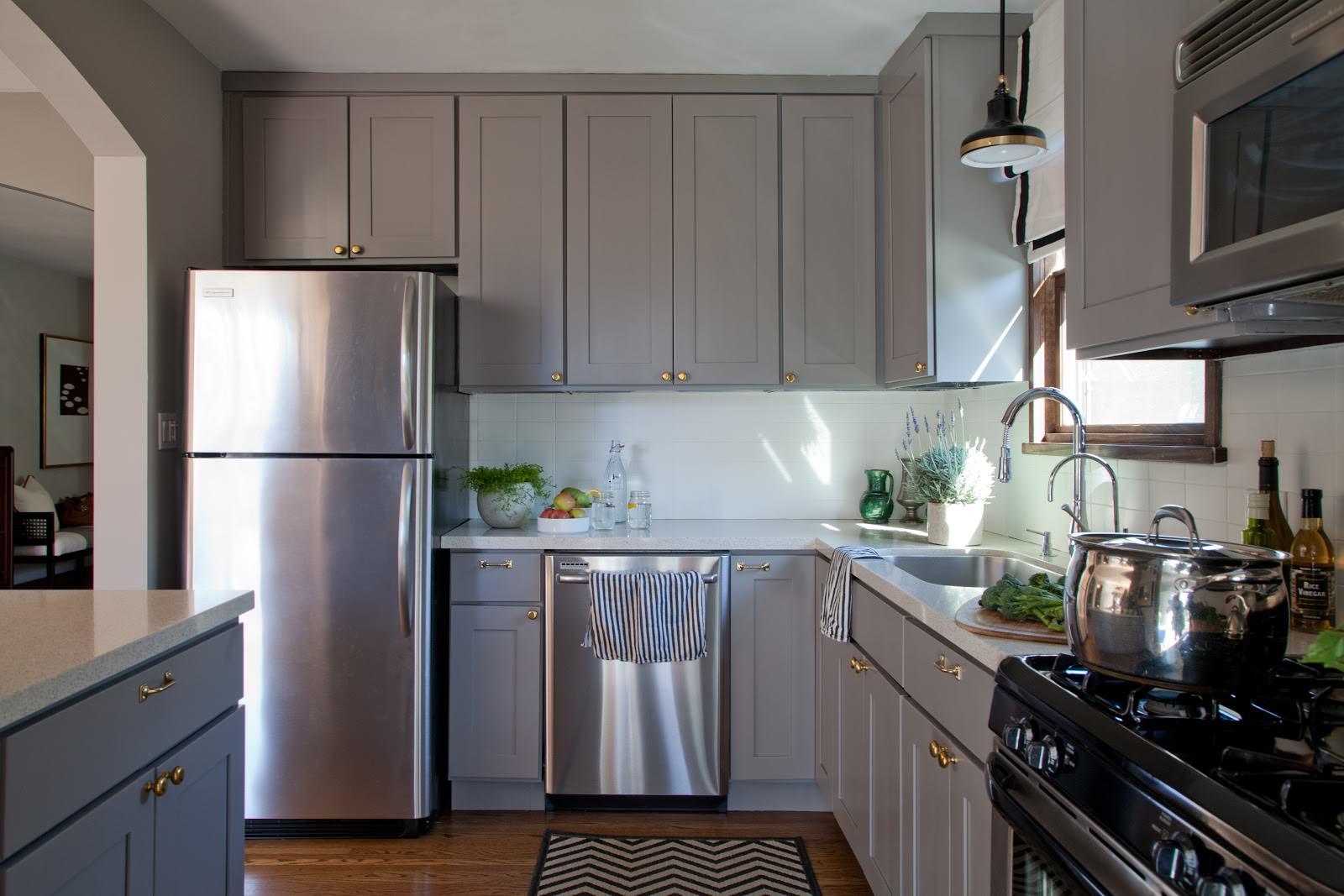 фото кухонь с серебристым серым холодильником мех