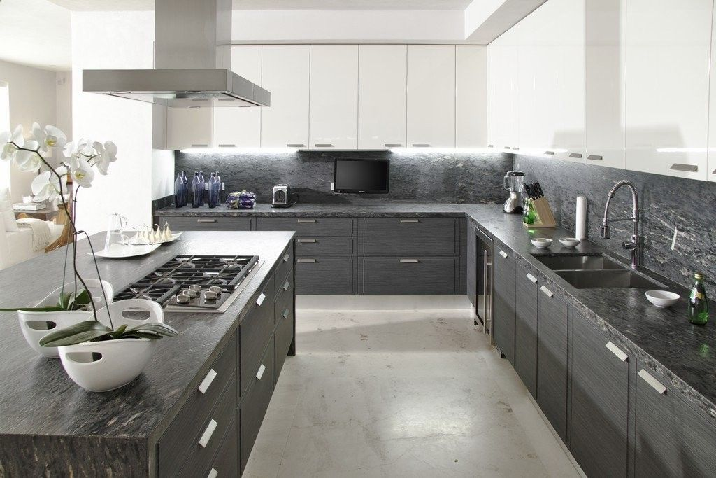 белая кухня с серой столешницей фото